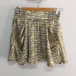 Forever 21 patterned mini skirt with pockets size 8