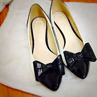 全新。達芙妮香奈兒風平底鞋
