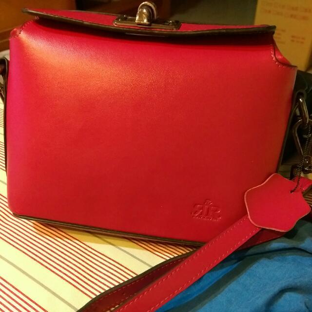 2R 輕軟牛皮Alice時尚轉釦包 甜莓紅