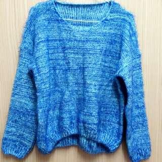 淺藍色毛衣