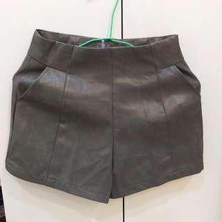 全新深灰皮短褲