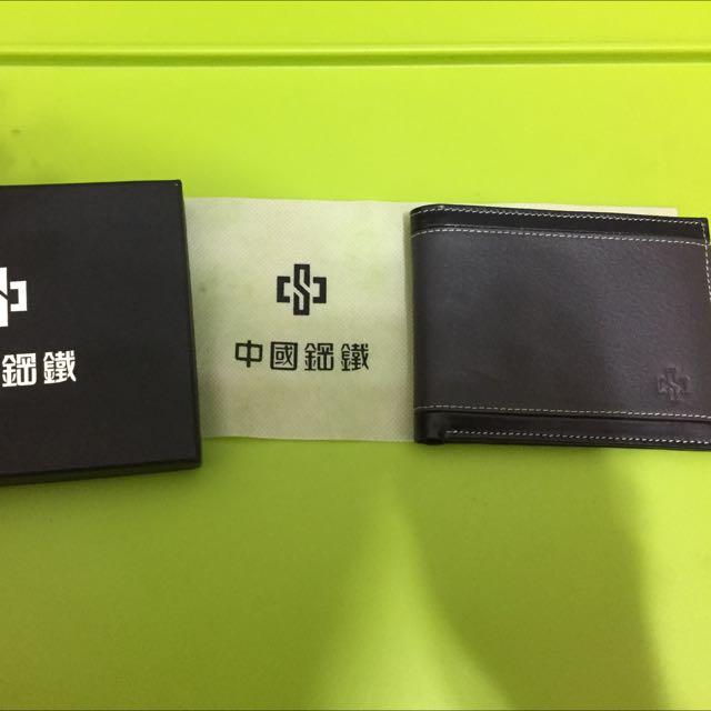 中鋼皮夾,內有6個卡槽可放卡片,兩個鈔票夾!全新的喔~不是名牌但是實用,喜歡的朋友把它帶回家吧!(不含運,台北可面交)