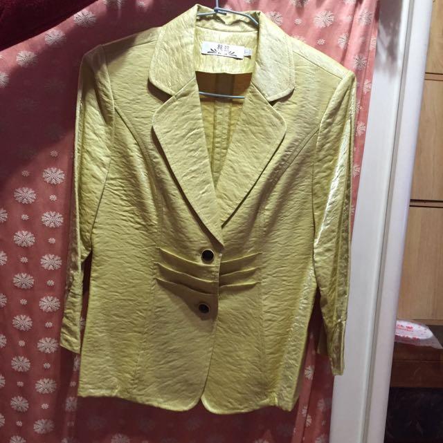 土黃色俐落西裝外套
