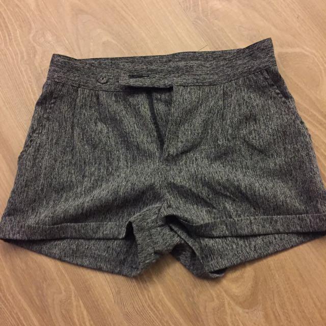 灰色西裝短褲