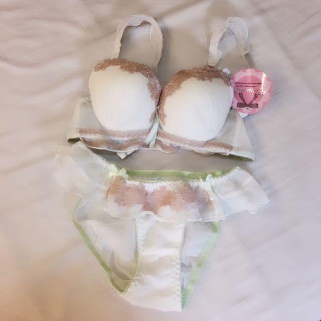 (全新含運)白粉蕾絲成套內衣