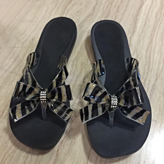 4b683ed76e37 Brand New Guess Tutu Flip flop Slippers