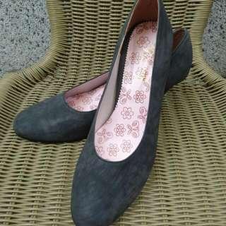 黑色磨砂面高跟鞋