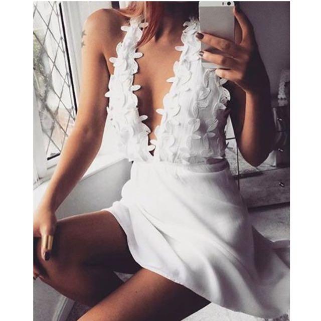 Fashionable Women's Plunging Neck White Sleeveless Lace Dress