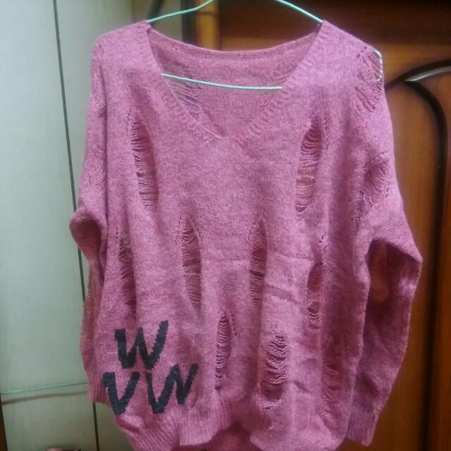桃紅色破洞針織衣