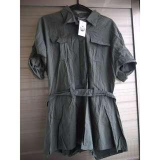 全新吊牌在軍綠色襯衫腰帶綁帶連身褲連身短褲
