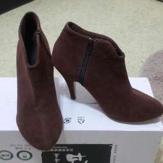 素面咖啡裸靴