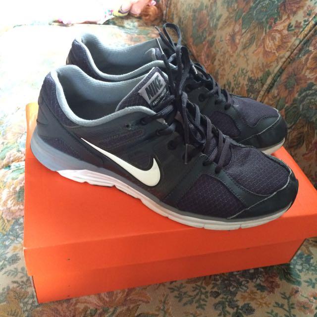 Nike男黑色慢跑鞋