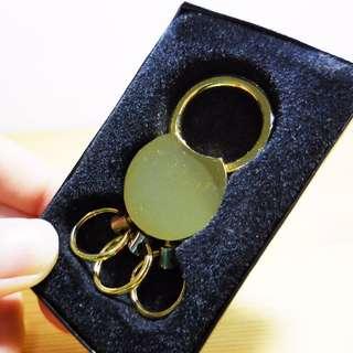 金色金屬鑰匙圈