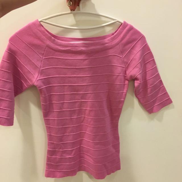 粉色ㄧ字領七分袖上衣