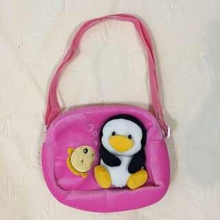 立體企鵝絨布防水側背包