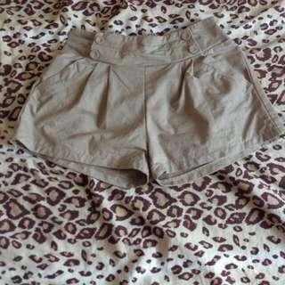 淺卡奇色短褲