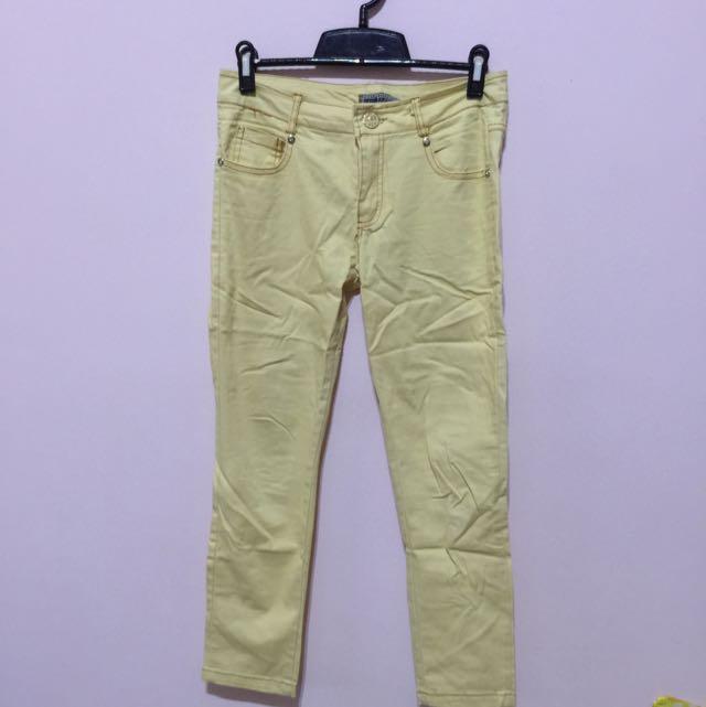 鵝黃色長褲
