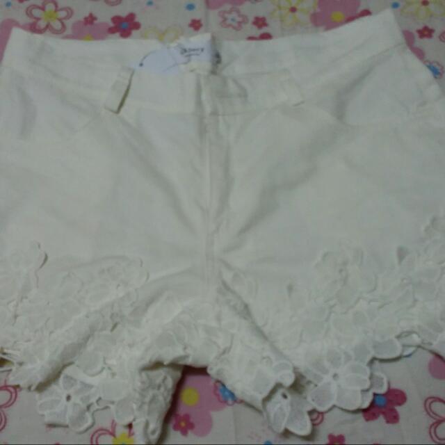 花邊白色短褲