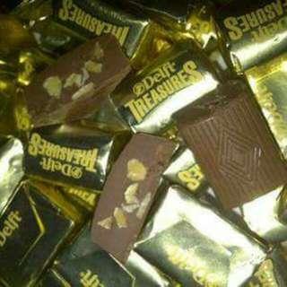Delfi Treasure gold isi kacang almond