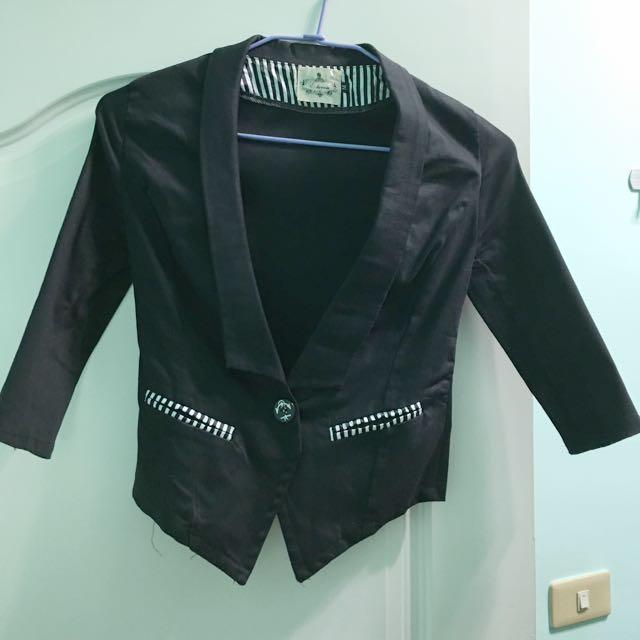 百搭黑色短版外套