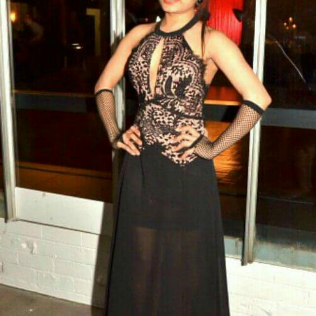 Beautiful Black Gown.  Size : Medium,  Color : Black.  Wore Only Once