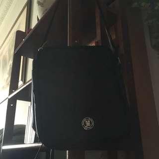 黑色側背包