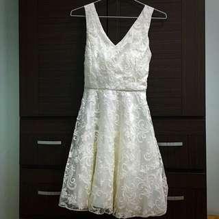 白色低胸禮服