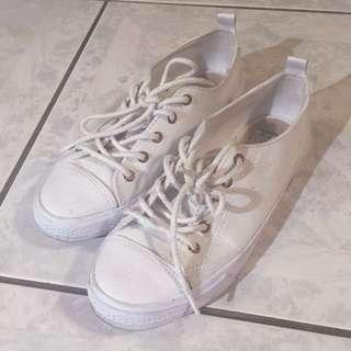 (待匯)Bershka白色皮革頭帆布鞋
