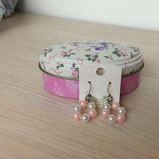 粉白珍珠勾式耳環喔