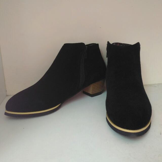 黑色麂皮尖頭踝靴