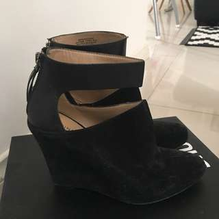 Nine West Blk Suede Wedge Size 6 Would Fit a 7