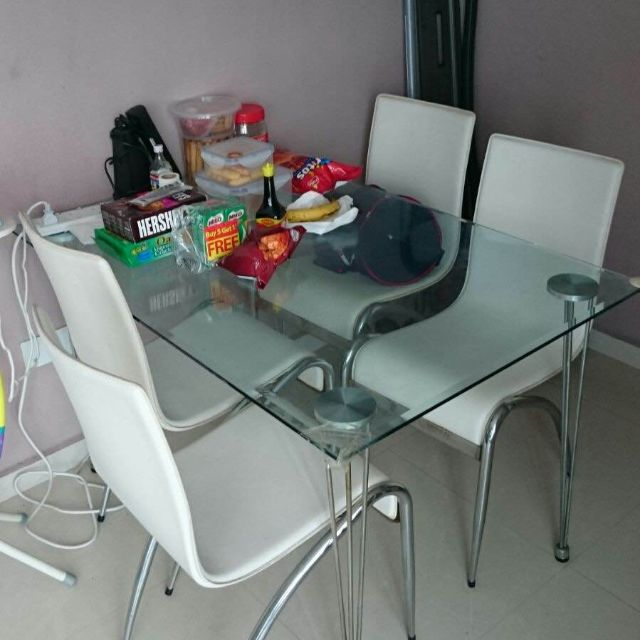 Beautiful Glass Dining Table with 4 Dining Chairs in Excellent Condition