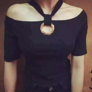 《預購》A#7811 一字領露肩金屬圈掛脖短袖T恤