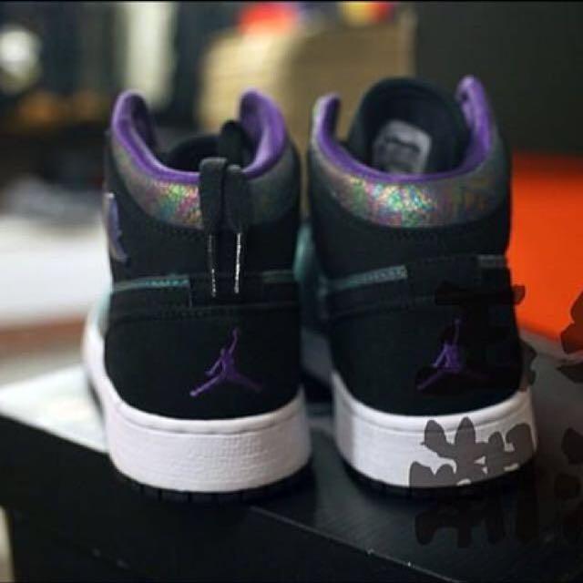 b3ea58ad9c9 Nike Air Jordan 1 Retro Mid GS (555112 309), Women's Fashion on Carousell