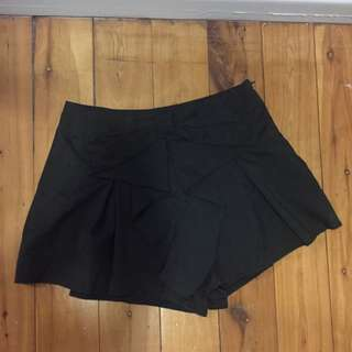 Size 8 Shorts With Bow Decoration