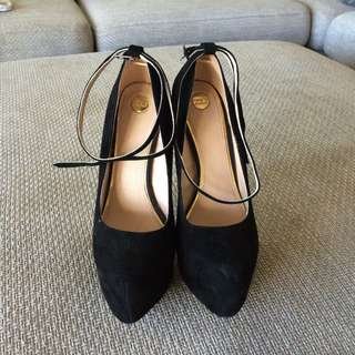 Size 7.5 Zu Heels - Black