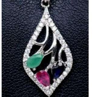 《降價了!》天然 1.2克拉藍寶石+祖母綠+紅寶石水滴型寶石切工, 搭白鋯石白K項鍊墜