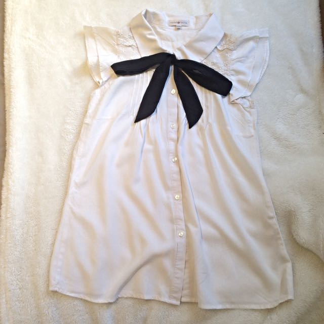 Cute white top With Detachable Black Ribbon