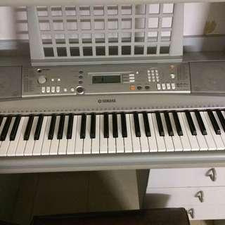Portable Keyboard   Yamaha PSR-E303