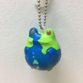 🚚 青蛙家族 地球款 扭蛋 吊飾 軟材 玩具 FROG STYLE