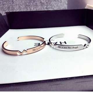 🚚 【現貨+預購】時尚鈦鋼18K玫瑰金簡約英文字母開口手鐲情侶手環