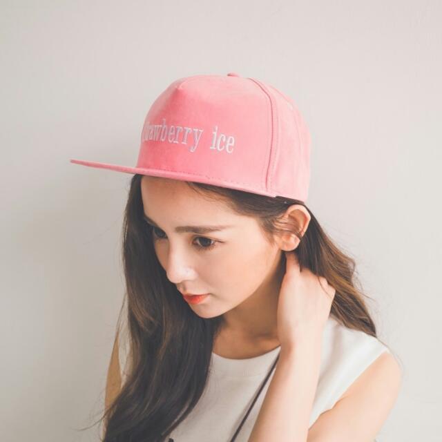 馬卡龍繡字棒球帽。粉