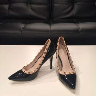 Women's Rockstud Black Patent Leather Pumps With Beige Trimming