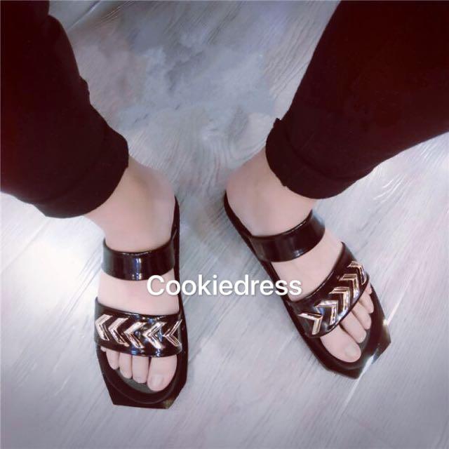 (預購、金、銀)個性箭頭鐵片漆皮涼鞋