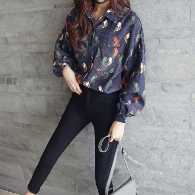 復古幸運鸚鵡圖樣寬袖單邊口袋百搭文青絨質長袖襯衫,藍紫色【A31H05U1482】