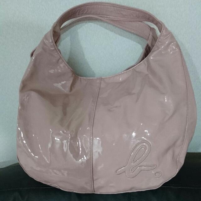 Agnes b 煙燻粉紅半月包超輕盈防水材質肩背手提皆可