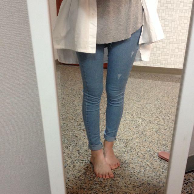 淺色緊身牛仔褲