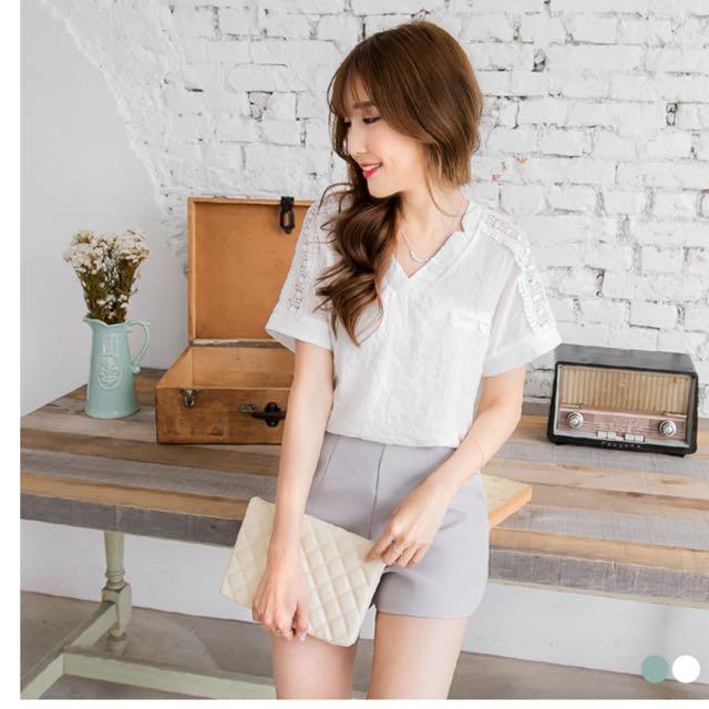 素色蕾絲鏤空肩袖V領寬鬆上衣.白M