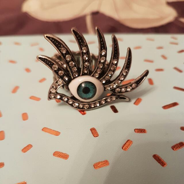 blue eyes with lashes ring