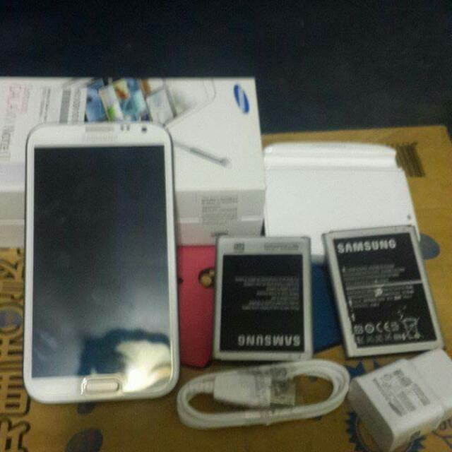 GALAXY NOTE 2 w/ box,charger,3 battery,external charger,3 extra case,and glass screen protecror